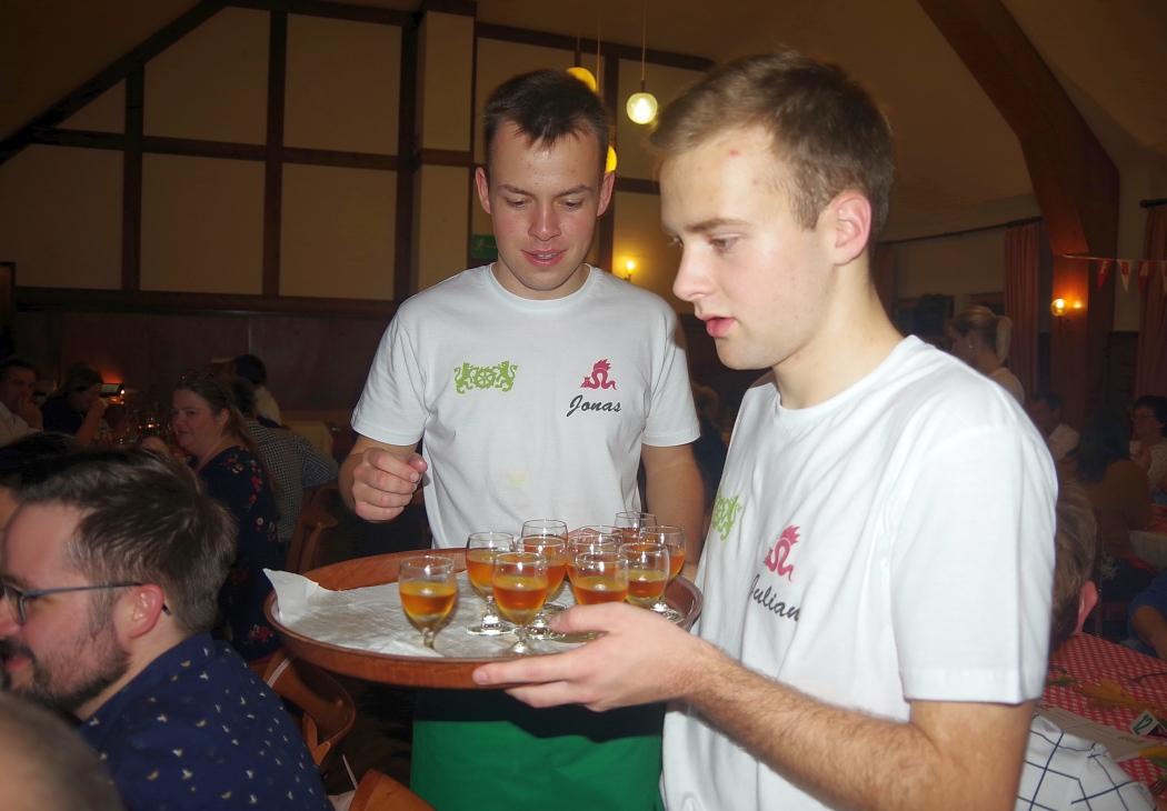 Jonas und Julian sevieren eine Beerenauslese zum fränkischen Biokäse.jpg