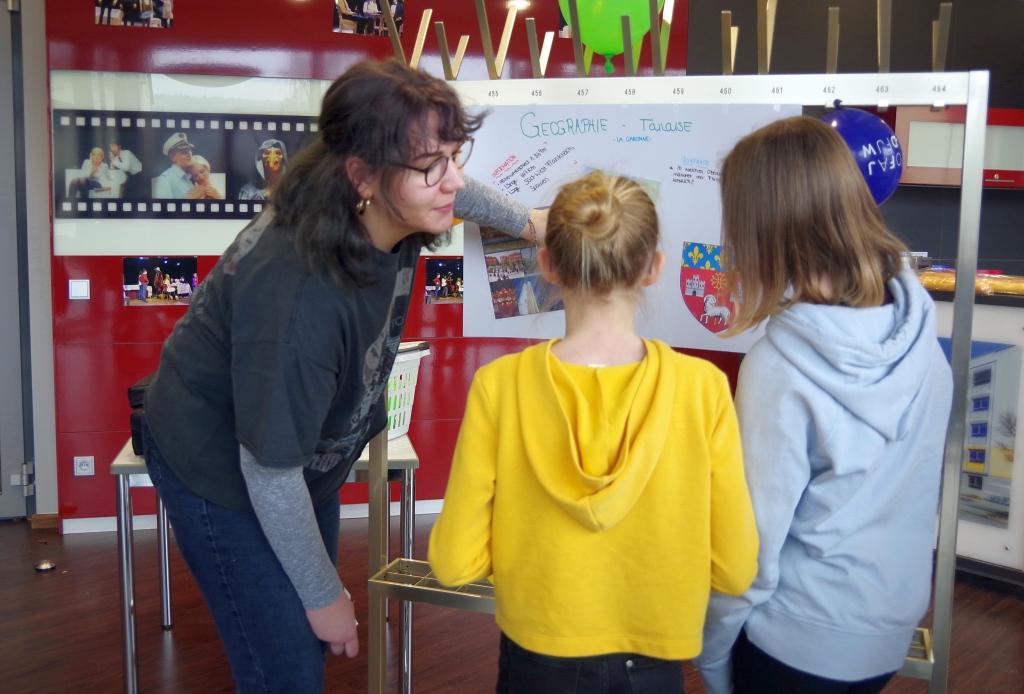 Laura erläutert den Sechstklässlerinnen die Geographie von Toulouse.jpg